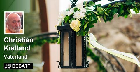 Nusselige gatelykter i Montenegro pyntet med blomster. Kunne det være noe for «en liten verdensby»?  Foto: Colourbox