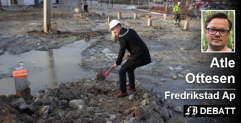Ordfører Jon-Ivar Nygård tar første spadestikk på byggetrinn to ved Østsiden sykehjem. Deretter skal nye Onsøyheimen realiseres, lover Ottesen. Arkivfoto: Bjørn Vilberg
