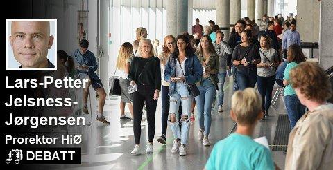 – Søkertallene vitner om at Høgskolen i Østfold har etablert seg som en attraktiv institusjon, skriver prorektor Lars-Petter Jelsness-Jørgensen. De 3.005  studieplassene skolen tilbyr ved hovedopptaket er 490 flere enn i fjor. Bildet er fra fjorårets studiestart. Foto: HiØ