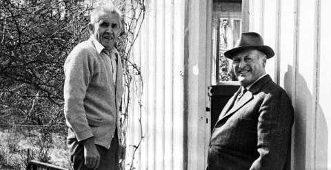 Ikonisk bilde: Det hendte fra tid til annen at kong Olav dro på besøk hjem til Ole Rørvik Andersen i Rørvik på Vikane. Disse var gamle seilervenner og hadde mye å prate om. Selv om kongen ankom i en av slottets biler, og med politieskorte, var besøkene i aller høyeste grad private og uformelle. Ved én anledning, lørdag 20. april 1974, hadde Fredriksstad Blads fotograf Jan Tore Glenjen fått tillatelse til å være til stede og forevige møtet mellom de to vennene på trappen til Andersens bolig.