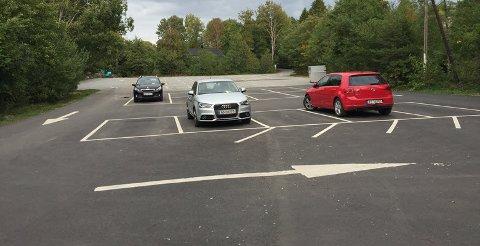Hytteeier Hanne Margrethe Rosenløv sendte inn dette bildet av hvordan det så ut på parkeringsplassen i Foten den dagen hun fikk bot.
