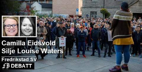 Demonstrantene lytter til aksjonsleder Kirsti Nelviks appell mot bompenger. Camilla Eidsvold og Silje Louise Waters legger til at regjeringen har kuttet i utbetalinger til mange som trenger det mest.