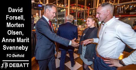 Fra valgnatten: Jon-Ivar Nygård, ordfører og nestor, gratulerer de nyvalgte, Erik Skauen og Hannah Berg som begge går inn i sin første periode som bystyrepolitikere i Fredrikstad.