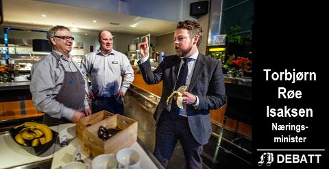Fra besøket i Østfold: Næringsminister Torbjørn Røe Isaksen slo av en prat med Quality-ansatte Kjell Riise og Cato Larsen. Ministeren lot seg imponere av hvordan de har fått se jobb på hotellet.