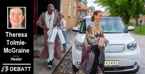 Prinsesse Märtha Louise og sjaman Durek på vei ut av Gamlebyen kulturhus etter sin workshop der torsdag. Theresa Tolmie-McGrane ber dem melde seg inn i en godkjent utøverorganisasjon for healere.