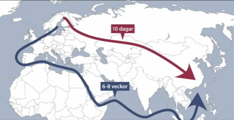 Slik: Denne skjermdumpen fra innslaget på SVT Norrbotten om godstransporter på «Silkeveien» fra Sverige/Finland til Kina viser hvor mye det er å spare tidsmessig på å bruke tog (rød pil) kontra båt (blå pil). I Sverige omtaler man togruten som Silkeveien.Ill: SVT Norrbotten