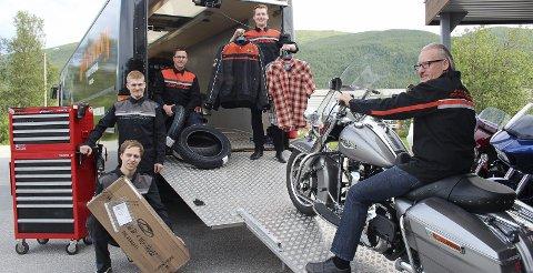 PAKKET OG KLAR: Medarbeiderne ved Harley Davidson Nord-Norge har brukt de siste dagene til å «pakke ned» butikk og verksted i Ballangen. Nå er Torben Aspelund, Erlend Rones, Arild Hekkelstrand, Ole Mathias Samuelsen og sjefen sjøl, Reidar Samuelsen, klare for Svolvær og møte med motorsykkelentusiaster fra hele Europa. Knut-Are Isaksen og Knut Ronny Antonsen var ikke tilstede da bildet ble tatt, men er også en del av teamet.Foto: Ann Kvanmo
