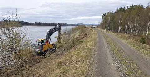 SETTER I STAND: Fram til 15. mai foregår det utbedring av flomverken på Stemsrud i Grue.