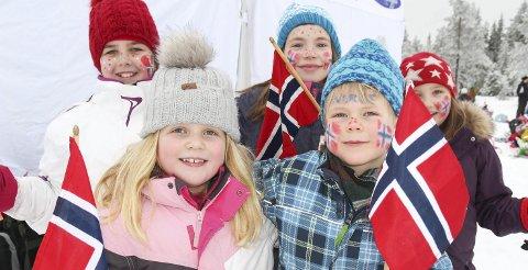 FARGERIKE: Amalie Maaø Ruden (fra venstre bak), Marte Wilhelmsen Engensbakken, Isabella Tala, Alma Mide Myrengen (foran) og Maximilliam Hammer Eriksen fra Bjoneroa skole var pyntet til NM-fest.