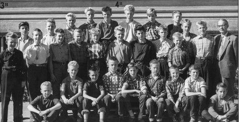 GUTTESKOLEN: Dagfinn Andersen står som nummer fire fra venstre på bakerste rekke.FOto: Privat