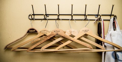 KLESHENGERNE: Seks kleshengere fra seks klesforretninger i Hamar som ikke lenger eksisterer.