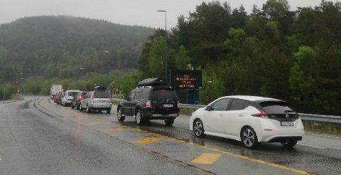 KØER: Bilene sto i kø utenfor Bømlafjordtunnelen nord i Sveio.