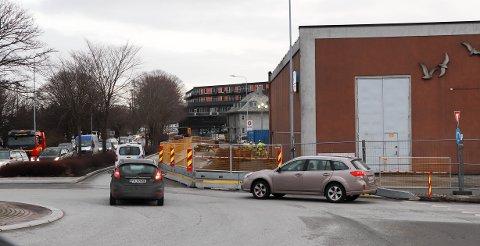 STENGT: Karmsundgata blir trangere i flere måneder til. Her blir det ene kjørefeltet stengt til juli – kanskje mer.