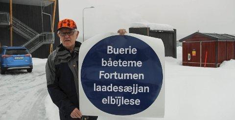 Bare Begynnelsen: Dette skiltet på sørsamisk forteller at Asgeir Almås befinner seg like ved en ladestasjon i Hattfjelldal. Kommunen kan nå bli innlemmet i der samiske språkforvaltningsområdet.