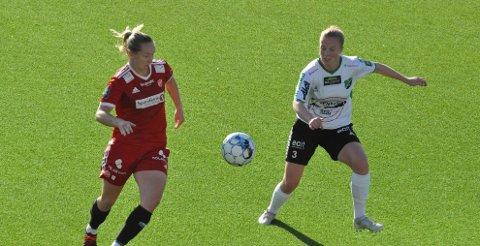 DUELL: Stina Næss Berge (til høyre) vant de fleste duellene mot Medkilas superspiss, Miriam Vilnes Mjåset, men sistnevnte ble likevel matchvinner da hun dundret et frispark fra 25 meter i mål.