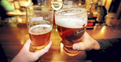 ALKOHOL: Tyngdepunktet når det gjelder skjenking av alkohol i Kragerø ligger ved Jens Lauersøns Plass, der flere av skjenkestedene med størst omsetning ligger. (Illustrasjonsfoto)