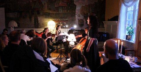 JULEFRED: Helga Johanne Størdal og Trio Serafin under en tidligere konsert på Røed gård.