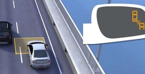 Bilen registrerer at det ligger et annet kjøretøy i blindsonen, og varsler om det i speilet.