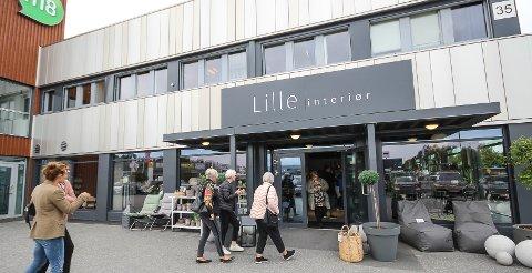 STRØMMET PÅ: Det var mange nysgjerrige kunder som kom da Lille Interiør åpnet sin nye butikk fredag.