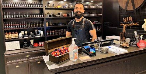 NY SALONG: Hashem Ahmed har flyttet inn på Mosseporten. Nå ønsker han de norske kundene velkommen tilbake til The Barber Shop.