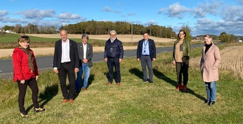 I fjor høst var fylkesråd Olav Skinnes, nummer to fra venstre, i Råde, hvor han så nærmere på veistrekningen. Her møter han Råde-politikere og saksbehandler.