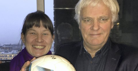 GOD NYHET: Byråd Rina Mariann Hansen og byrådssekretær Frode Kyvåg lover nytt kunstgress på Klemetsrud neste år. Pressefoto