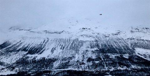 VANSKELIGE FORHOLD: Uvær og skredfare på Blåbærfjellet har så langt hindret letemannskapene fra å hente ut de fire skiløperne som er antatt å ha omkommet i et skred onsdag.