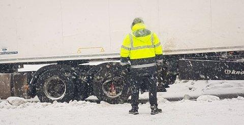 INSPISERER: Her inspiserer sjåføren skaden på felgen etter ulykken fredag. Foto: Tipser
