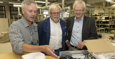 Heisalarm: Avdelingssjef Geir Arne Malones viser et lokalt produkt, en heisalarm. I midten produksjonsansvarlig Morten Elfstedt og produktsjef Bjørn Rosenberg i AddSecure.foto: Henning Gulbrandsen