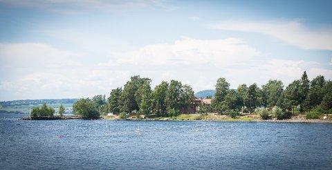 BANEN: Her ligger svømmebanen ute i Mjøsa. Ridehusbrygga er i bakgrunnen. Foto: Jo E. Brenden