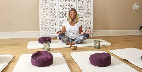 I gang for ungdom: Kirsten Wold Borgersen har drevet yogatilbud i Hellagården på Nøtterøy i over ett år, men nå er hun i gang med et nytt tilbud, UngYoga. Det er åpent for videregåendeelever, som hun håper å gi teknikker for å takle stress i hverdagen på en bedre måte. Foto: Nina Therese Blix