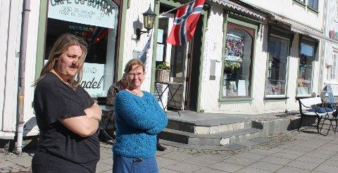 – I dag har vi fått melding fra kommuneoverlegen om at det ikke er tillatt å ha varer på utsiden av butikken og selge med selvbetjening, det er krise for butikkene i Langesund, sier Christina Norderud Hansen i Boksafari og Anna-Karin Hopen i Langesund Landhandel.