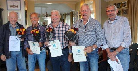 Heder og ære til fra venstre æresmedlem Arne Andreassen, Jan Søgård (40 år) Karl Eriksen (40 år) og Torstein Aanesen (40 år). Åge Loe Olsen ble utnevnt til æresmedlem i tillegg til medalje for 40 års medlemskap i Langesund Mandssangforening.