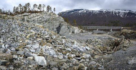 PPTE: Et massivt steinbrudd i Søljohaugen ved E6 i Rana har blitt advokatmat etter en krangel mellom Statskog og Statens vegvesen. Statskog mener bruddet vil etterlate stygge sår i naturen da de mener Statens vegvesen har tatt ut mer stein enn avtalt. Foto: Øyvind Bratt