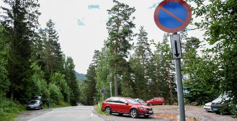PARKERING FORBUDT: Nå er det grundig skiltet med parkering forbudt langs veien nær stien til Mørkgonga. Søndag fikk 16 bilister bot for å ha parkert ulovlig i området. Dette bildet er tatt ved en tidligere anledning.