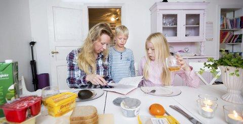 Anne Brith sjekker leksene til Espen og Annika før de skal på skolen. – Jeg får en del kritikk for at jeg legger ut mye om ungene, men jeg mener det er en balansegang. Man kan ikke drive en slags foreldreblogg uten å skrive historier om barna sine, mener hun.
