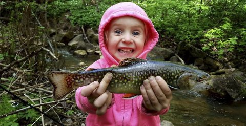 VINNERGLIS: Embla elsker å fiske og med denne finne bekkerøya la hun ikke skjul på at hun banket pappa med fiskestanga. ALLE FOTO: Privat