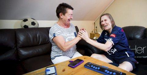 Gerd Aschim er Gretes personlige assistent. (BPA). Det er mye humor mellom de to når de snakker sammen ved hjelp av tegnspråk. ALLE FOTO: LISBETH LUND ANDRESEN