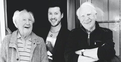 SKUESPILLERMØTE: Her har Philip Benassi fotografert seg selv sammen med skuespillerne Bjørn og Rolf Sand. Sistnevnte gikk bort i mai i år.