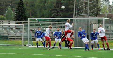 JEVNT: Mandagens kamp på Fjellhamar Stadion ble en jevn affære, og kunne endt med enda flere scoringer. Til slutt trakk Fjellhamar det lengste strået, og stakk av med 3 poeng.