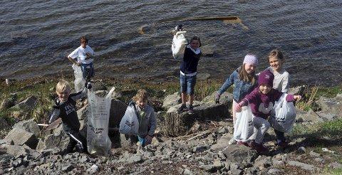 Plukket søppel: Legg merke til båten som har sunket, den får ikke vi med oss sier Jakob, som plukket søppel sammen med Dennis, Even, Hedda, Aurora, Frida og Nina (damen i bakgrunnen). Alle foto: Svein-Ivar Pedersen