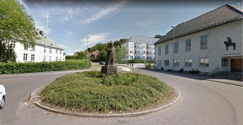 SKRÅTAK: Nå har den nye blokka på kapellantomta i krysset Prestegårdsveien/Gokstadveien fått tak som harmonerer med Herredshuset (t.v.) og menighetshuset (t.h.). (Illustrasjon: Kvartal 19 Arkitektkontor)
