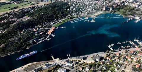 FRA FLYVINDUET: Slik ser det ut i havnebassenget når fergene rygger ut og snur ved sine avganger. Det virvles opp store mengder av det prosjektleder Ole Jacob Hansen i «Renere Sandefjordsfjord» omtaler som rene partikler.