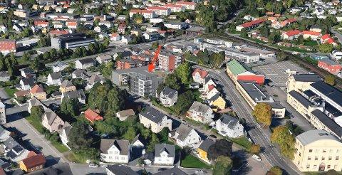NYBYEN: I nabolaget er det etablert og lavere villabebyggelse. Pilen viser hvordan utbygger har tenkt seg de 17 leilighetene i en blokk på hjørnet. (Illustrasjon: Spir Arkitekter)