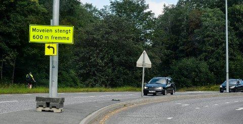 HJELPER: Fredag morgen var dette skiltet på plass nord for Tempokrysset på Sandefjordsveien, ved avkjøringen til Moveien.