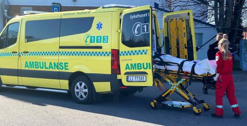 SKADD: Kvinnen ble fraktet bort i ambulanse etter det kraftige sammenstøtet.