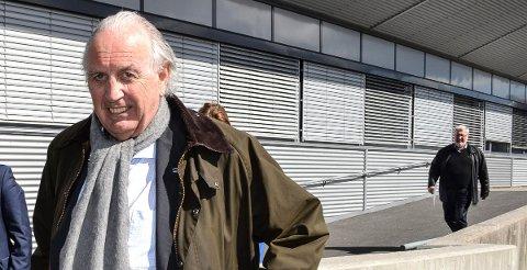 – IKKE NEGATIVT: Leder i Sandefjord Høyre, Svein Flåtten (75.), oppfatter ikke det anonyme brevet fra et medlem som negativt, men at vedkommende vil partiet vel. – Jeg forstår at noen kan ha slike oppfatninger, men vi har ingen overvekt av eldre menn i partiet, sier han. Til høyre i bakgrunnen går partiets nyvalgte medlem i formannskapet, og Per-Eivind Johansen (74.).