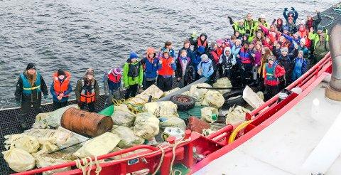 STRANDRYDDING: Prosjekter som strandrydding av plast kan få pengestøtte fra Handelens Miljøfond. Dette bildet viser skoleelever i Halsa, som arrangerte strandryddedag i fjor.