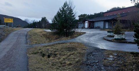 15-åringen tok kvelertak på den andre gutten ved Rensvik samfunnshus, slik at han i en kort periode var bevisstløs. Da gutten lå på bakken, ble han slått to ganger i ansiktet med knyttet neve.