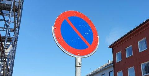 Nye «parkering forbudt»-skilt kommer opp i flere gater/veier i Kristiansund.